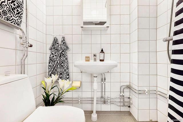 Toàn bộ không gian nhà tắm được chọn tông màu trắng tạo cảm giác rộng thoáng hơn.