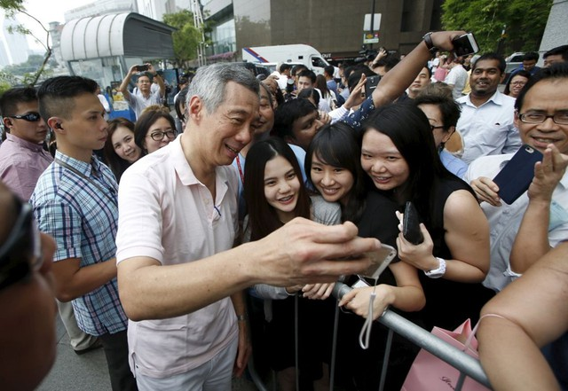 Thủ tướng Singapore được xem là người thường xuyên tương tác với người dân trên Facebook. Facebook cá nhân của ông có hơn 1 triệu lượt người thích, là kết hợp giữa một kênh thông báo các vấn đề quan trọng và những hình ảnh đời thường của thủ tướng. Ông Lý cũng rất thích đăng tải những bức ảnh do ông tự chụp mỗi ngày và ảnh tự sướng cùng các lãnh đạo khác và người dân. Năm 2015, ông còn đăng lên Facebook đoạn code ông viết từ nhiều năm trước bằng ngôn ngữ C++ để giải trò chơi Sudoku. Ảnh: Reuters.