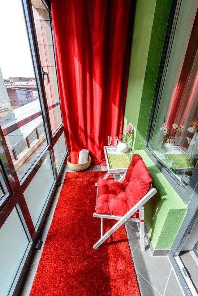 Và một góc tuyệt vời không thể không nhắc đến trong căn hộ nhỏ đó là ban công. Nơi đây được trang trí với tông màu đỏ - xanh nổi bật.