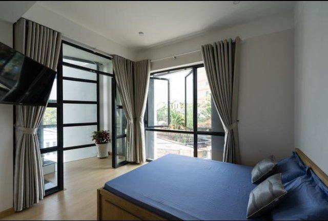Phòng ngủ rộng thoáng với rất nhiều cửa kính.