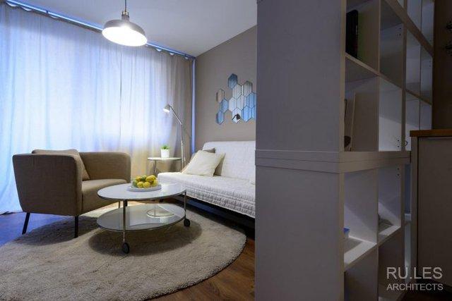Không gian phòng khách tuyệt đẹp với chiếc ghế sofa dài và bàn trà hai tầng nhỏ xinh.