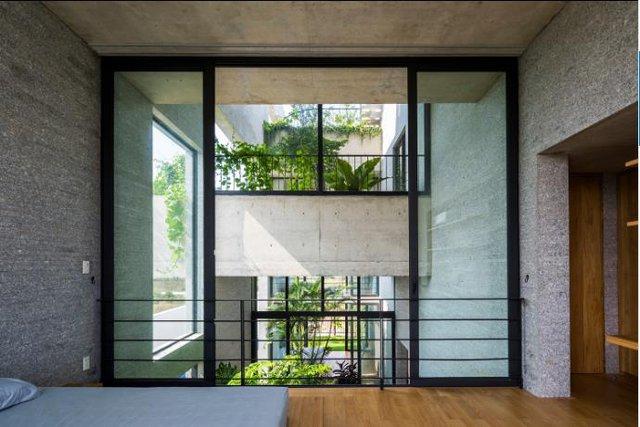 Các phòng trong nhà được lắp cửa kính trượt giúp tận dụng tối đa tầm nhìn ra các khoảng cây xanh.