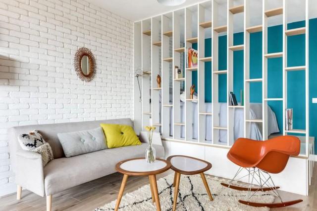Góc nghỉ ngơi được chủ nhà khéo léo bố trí bên trong và phân biệt với các khu vực khác bằng một hệ kệ gỗ sơn trắng tuyệt đẹp.