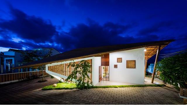 Ngôi nhà đặc biệt này được hoàn thành vào giữa năm 2016. Ngoài hình dáng lạ mắt ngôi nhà còn thu hút bởi một khu vườn rộng lớn với rất nhiều cây xanh bên trong.