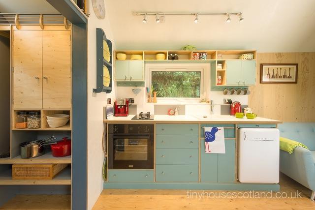 Góc bếp được thiết kế khéo léo với hệ thống tủ kệ đa năng vô cùng tiện dụng.