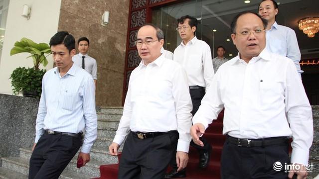 Cuộc họp thường vụ Thành ủy được tiến hành ngay sau đó nên ông Nguyễn Thiện Nhân ra về muộn hơn.
