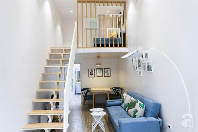 Cầu thang dẫn lên gác xép, nơi được bố trí giường ngủ tiện lợi. Vẫn là gam màu xanh quen thuộc, thêm chút nhấn nhá tươi vui từ họa tiết cam của gối đủ để giúp góc chức năng thêm ấm cúng.