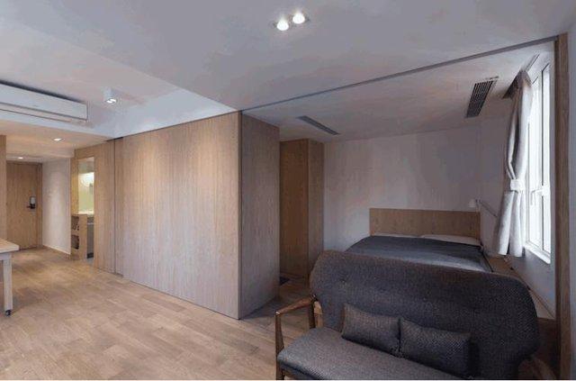 Mọi bí mật được ẩn sau bức tường gỗ thông minh này. Đằng sau tấm vách trượt bằng gỗ là cả một phòng ngủ lớn thoáng sáng.