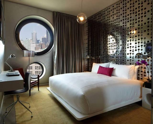 Không gian nghỉ ngơi tuyệt đẹp với hai ô cửa sổ hình tròn lớn nhỏ.