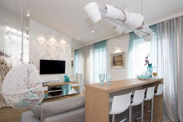 Chiếc bàn ăn xinh xắn chạy dài cùng những chiếc ghế trắng cách điệu có thể dễ dàng thu gọn khi không sử dụng.