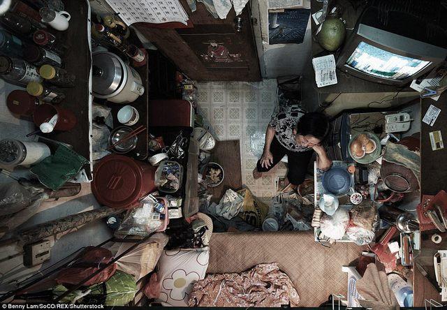 Một người phụ nữ lớn tuổi trong căn hộ siêu nhỏ.
