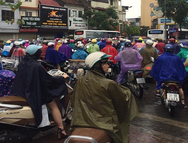 Hàng trăm phương tiện đang kẹt cứng tại nút giao Kim Mã - Nguyễn Thái Học. (Ảnh: Đặng Thế Nam