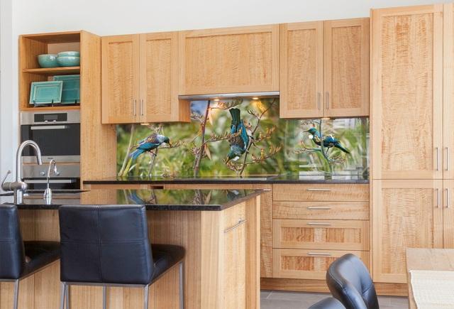 Với sự bền đẹp cùng với giá trị thẩm mỹ cao kính ốp bếp phong cảnh không chỉ khiến cho góc bếp nhỏ trở nên rực rỡ sắc màu mà còn có tác dụng mang lại cảm giác thoải mái, thư giãn cho con người.