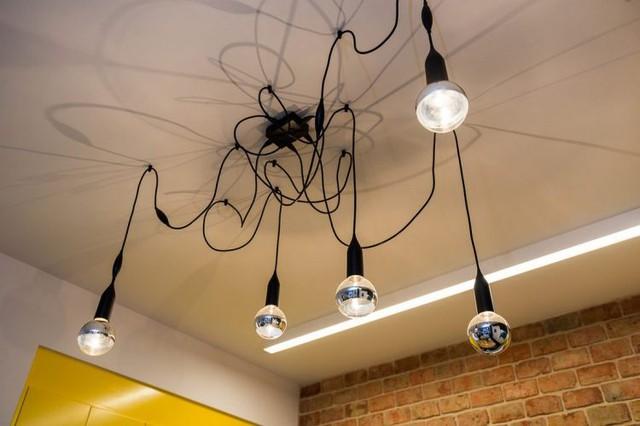 Những bóng đèn thả trần nơi bếp ăn cũng được sáng tạo vô cùng đẹp mắt.
