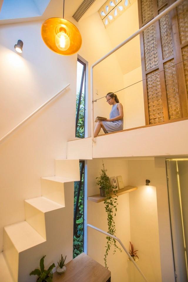 Ngôi nhà dù nhỏ, nhưng vẫn có được không gian xanh mát và tràn ngập ánh sáng nhờ những chậu cây xinh xắn và khung cửa kính mở ra bên hông nhà.