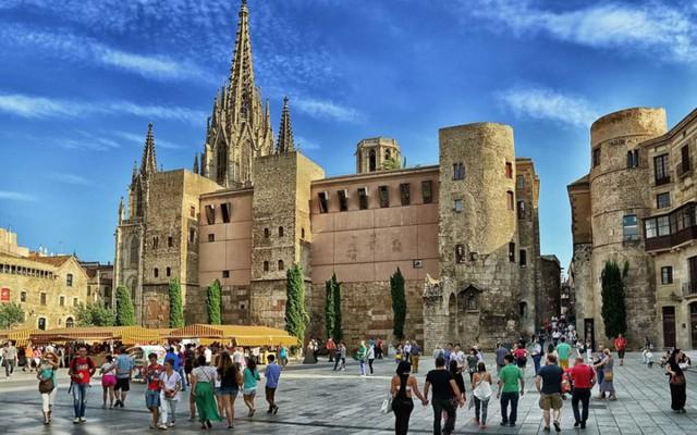 Barcelona: Chỉ khi đặt chân đến thành phố này, bạn mới thấy nơi đây có đầy đủ lý do để trở thành thiên đường nghỉ dưỡng mùa hè dành cho các gia đình, nhất là vào tháng 8 hằng năm.