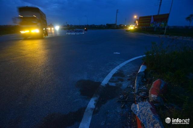 Đáng lo ngại, dọc tuyến đường này có khoảng chục điểm giao cắt với các tuyến giao thông khác, hình thành những điểm đen về tình trạng mất an toàn giao thông, đã có không ít vụ tai nạn thương tâm đã xảy ra khiến người dân quanh vùng hoang mang, lo sợ. Trong ảnh là hiện trường một vụ tai nạn tại điểm bùng binh giao cắt.