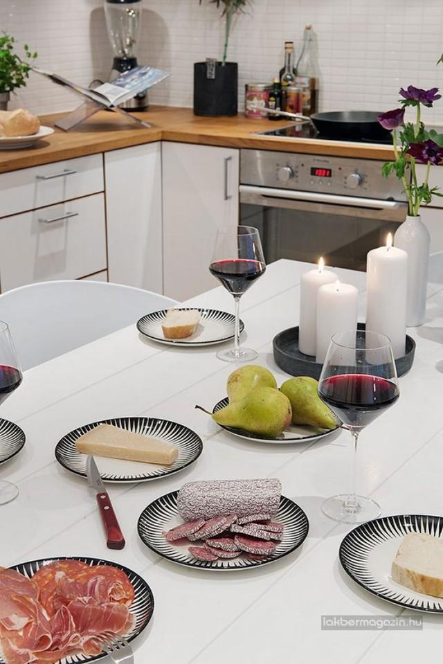 Với nền trắng chủ đạo, nhà bếp tạo điểm nhấn riêng cho mình bằng những đường nét nhỏ của khung tranh, thảm trải sàn, dụng cụ nhà bếp với gam màu đối lập.