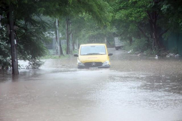 Một chiếc xe ô tô bị nước ngập cao, chết máy tại ven công viên cầu giấy.