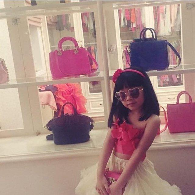 Ngay cả những cô bé, cậu bé con nhà giàu cũng yêu thích những món đồ thời trang hàng hiệu.