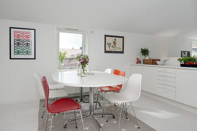 Chiếc bàn ăn trắng toát đủ chỗ cho 6 người được dành một vị trí đẹp nhất cạnh cửa sổ .