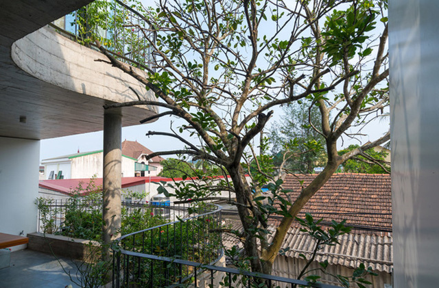Phía trước mặt hướng Nam của ngôi nhà được thiết kế theo lối mở hoàn toàn để đón gió mát.
