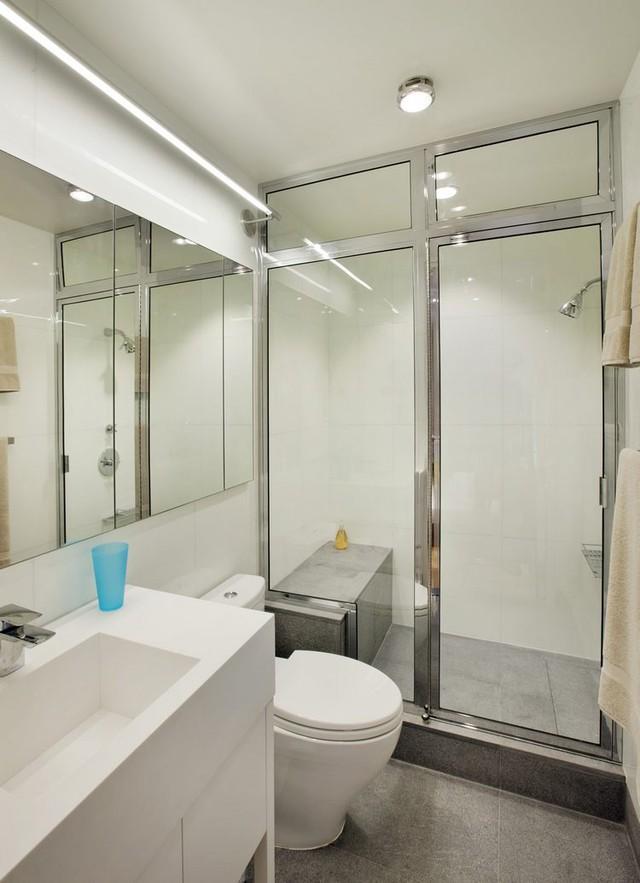Vật liệu kính được sử dụng khá nhiều trong khu vực vệ sinh khiến không gian không bị chật chội, tù túng.