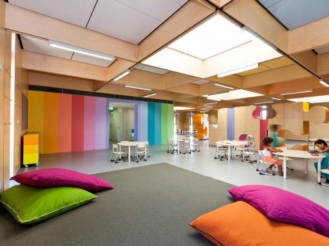 Trường mầm non nhiều màu sắc tươi sáng này mang tên John Septimus Roe Anglican (Australia). Toàn bộ ngôi trường được thiết kế chủ yếu bằng gỗ với nhiều màu sắc khiến trẻ em vô cùng thích thú.