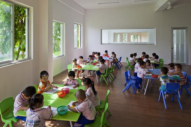 Phòng học của các trẻ em nơi đây được thiết kế rộng rãi, có nhiều cửa sổ, đồ đạc, bàn ghế cũng được lựa chọn là màu xanh mát mắt.