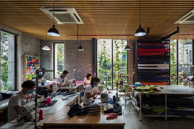 Thiết kế mở cho phép nhân viên đi lại dễ dàng, giúp tăng cường quá trình làm việc theo nhóm.
