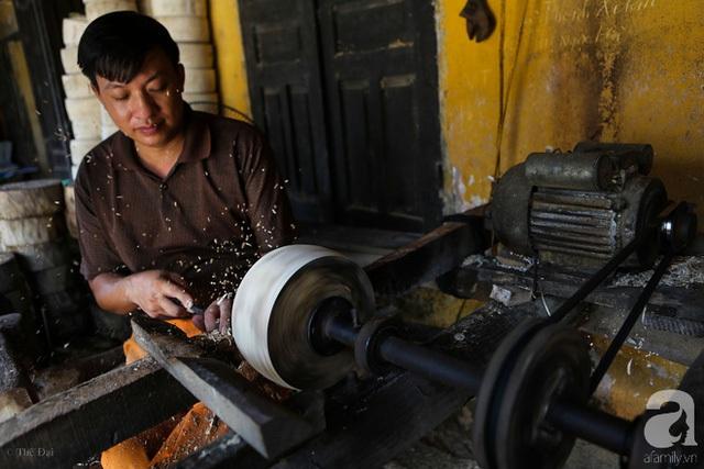 Khi đưa vào máy tiện, mỗi khúc gỗ tròn như thế này có thể chế biến được tiện thành 5 chiếc tang trống với kích cỡ to nhỏ khác nhau.