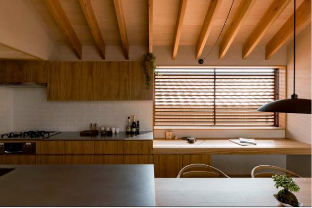 Toàn bộ nội thất trong ngôi nhà này từ bàn ghế, tủ, sàn nhà cho đến cả trần nhà …đều được làm từ gỗ sáng màu mang lại cảm giác vô cùng ấm cúng và thân thiện.
