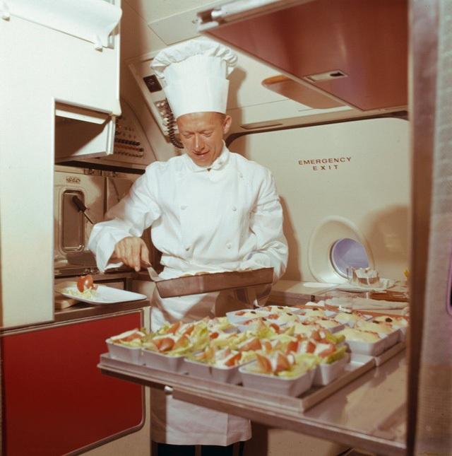 """Bức ảnh này được chụp ở thập niên 70, cho thấy một bếp trưởng đang chuẩn bị thức ăn trong """"nhà bếp"""" ngay trên máy bay."""