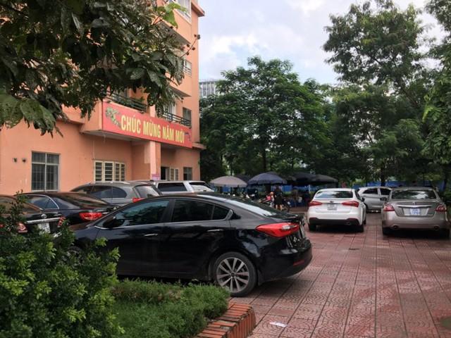 Lãnh đạo phường Trung Hòa cho biết, hầu hết các xe ô tô này là xe của người ngoài khu đô thị được Xí nghiệp vận hành quản lý dịch vụ nhận trông giữ.