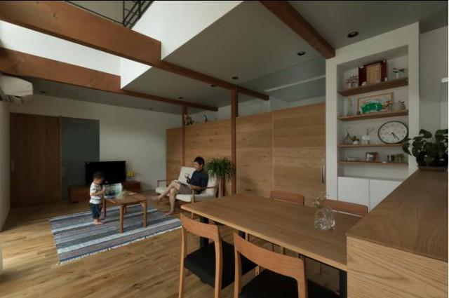 Ngay bên cạnh là không gian của bếp và bàn ăn.