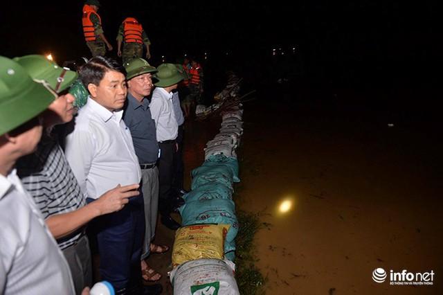 Hà Nội: Nước ngập lút nhà, dân trắng đêm sơ tán tài sản - Ảnh 9.