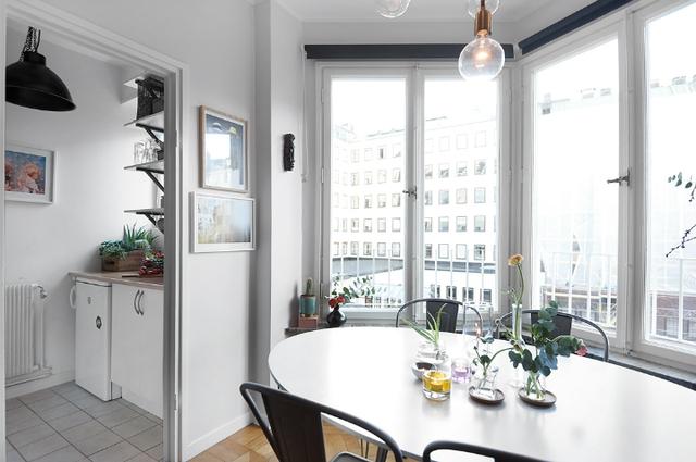 Hệ cửa kính lớn được mở tối da nơi góc nhỏ này giúp mang nắng gió và bầu không khí trong lành cho toàn bộ không gian ngôi nhà.