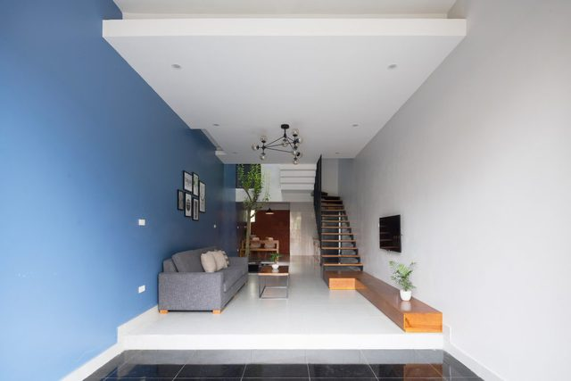 Với thiết kế giật cấp, khu vực để xe trước nhà tách biệt hoàn toàn với phòng khách và khu vực bếp ăn.