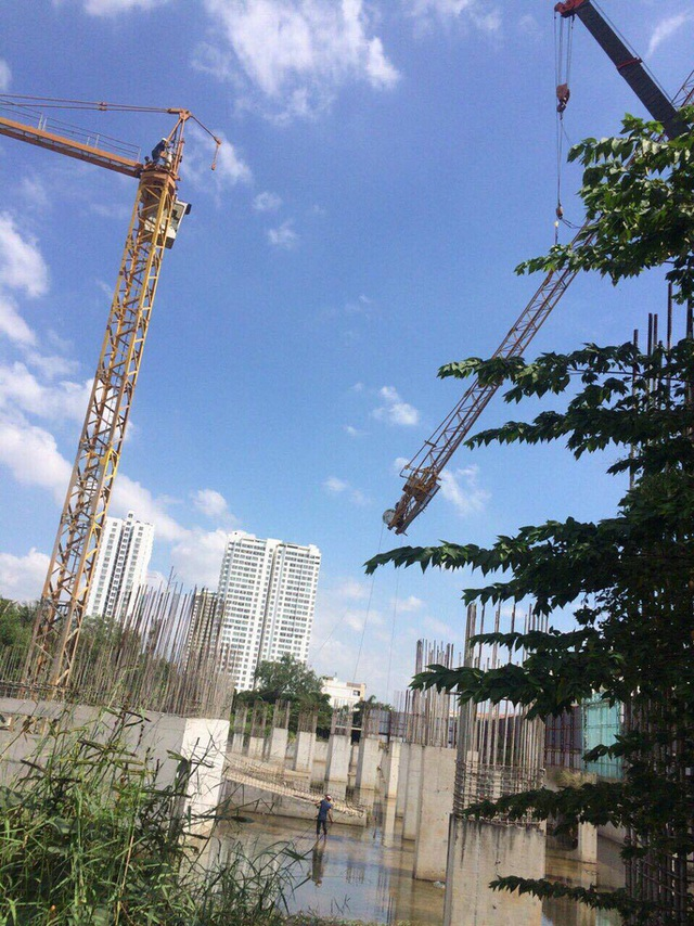 Dự án chỉ mới xây được phần móng cọc. Nhiều đơn vị cung cấp vật liệu xây dựng vẫn bị chủ đầu tư nợ tiền. Ảnh: Sơn Nhung