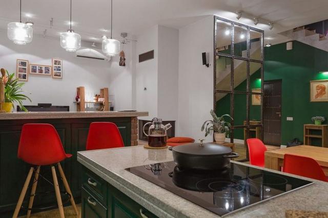Thiết kế mở phòng khách, bếp và khu vực ăn uống giúp không gian càng trở nên thoáng sáng.