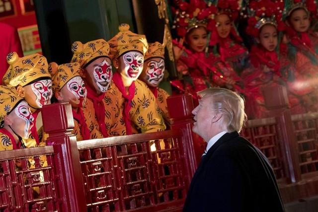 Tổng thống Trump chào các diễn viên sau buổi biểu diễn Kinh kịch tại Tử Cấm Thành.