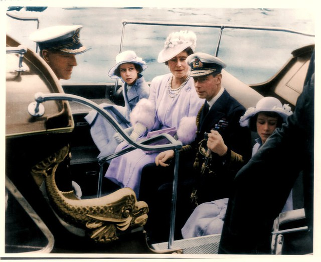 Gia đình hoàng gia tới trường đại học thủy quân hoàng gia tại Dartmouth.