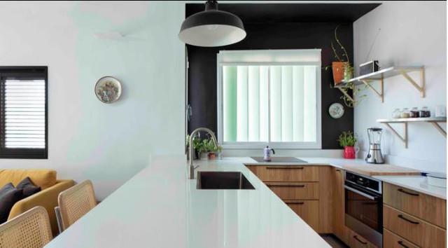 Góc nấu ăn được thiết kế đẹp với hệ thống tủ kệ nằm hoàn toàn bên dưới tạo cảm giác gọn gàng và không bị rối mắt cho người nhìn.