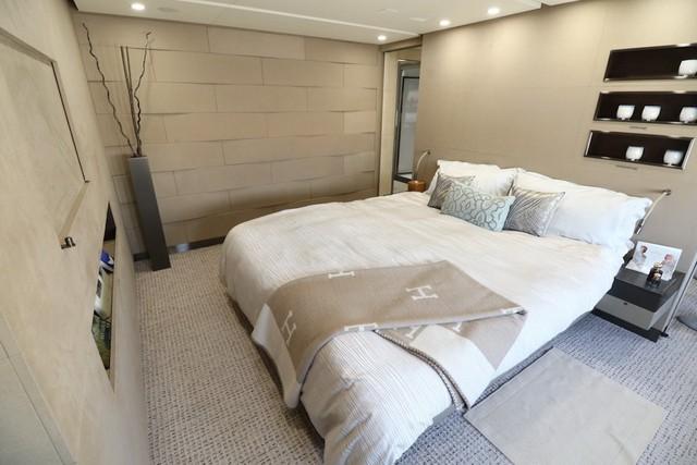 Đi về phía đầu máy bay, khách mua sẽ bước vào 1 phòng ngủ rộng rãi bảo đảm riêng tư có giường king size tuyệt đẹp.