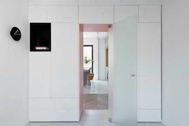Từ khu vực bếp ăn đi vào là một phòng ngủ nhỏ. Lối vào cũng được thiết kế một hệ tủ đừng đồ nhiều ngăn tinh tế và tiện dụng.