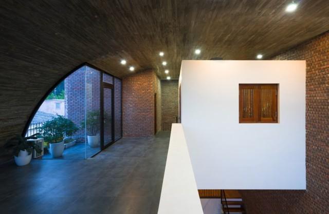 Trên tầng 2 là không gian dành cho nghỉ ngơi của chủ nhà. Nơi đây cũng được thiết kế khá đặc biệt và khéo léo với một khoảng ban công toàn cây xanh.