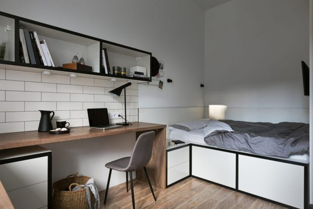 Góc nghỉ ngơi nhỏ nhắn được thiết kế phía cuối nhà. Giường ngủ được thiết kế đặc biệt với toàn bộ bên dưới là những ngăn kéo trữ đồ.