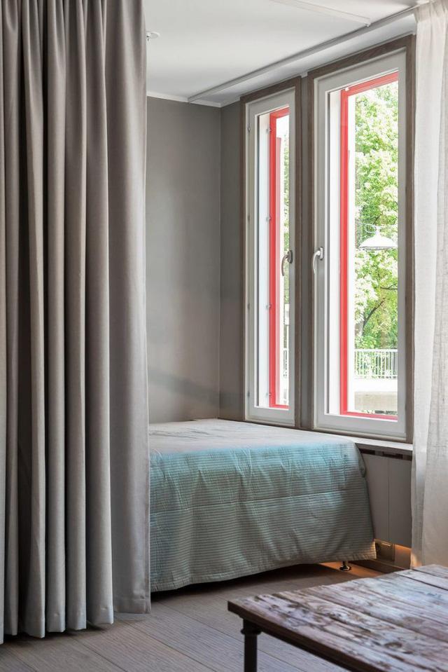 Chỉ cách một tấm rèm là không gian nghỉ ngơi. Nơi đây được thiết kế khá đơn giản và gọn gàng.