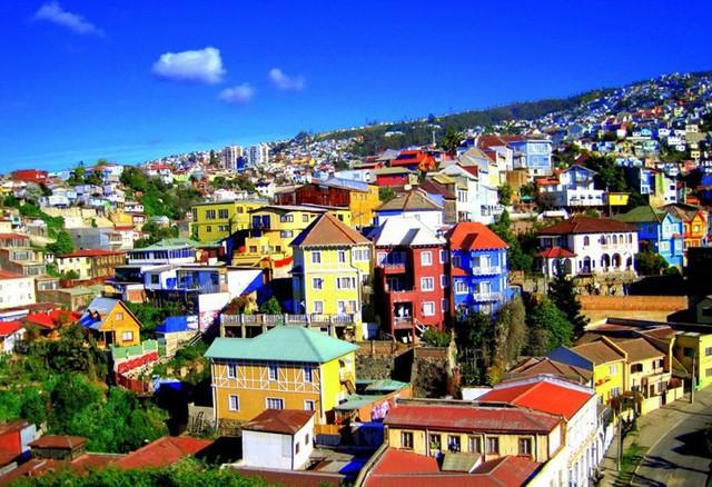Valparaiso, Chi-lê, các tòa nhà rực rỡ màu sắc nép mình bên những ngọn đồi như một bức tranh cắt dán khổng lồ.