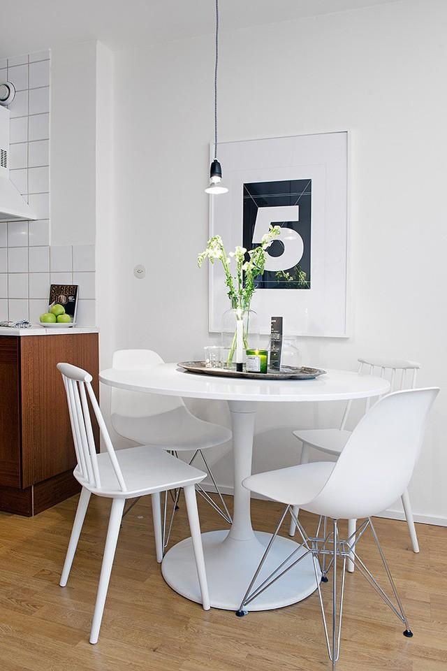 Dễ dàng có thể nhận thấy được việc sử dụng tông màu trắng có thể tạo ra hiệu ứng ánh sáng đặc biệt. Việc lựa chọn một bàn ăn tròn không chỉ tăng cảm giác thân thiết, gần gũi mà còn giúp giải tỏa nỗi lo không gian chật hẹp.